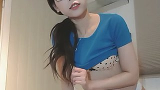 eighteen year old oriental beauty shows her pants and armpit in the online movie scene broadcast