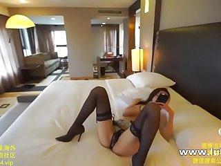 露脸绝色嫩模在酒店拍写真 被摄影师摸便全身 被挑逗的受不了